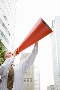 man yelling into megaphoneの写真素材 [FYI01995471]