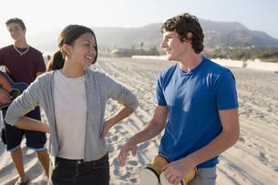 Teenagers talking on beachの写真素材 [FYI01995480]