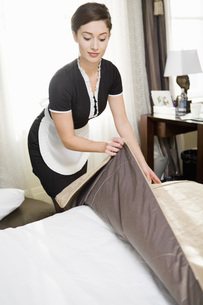 Maid making bedの写真素材 [FYI01995570]