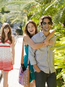 Teenagers walking togetherの写真素材 [FYI01995594]