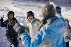 Children having snowball fightの写真素材 [FYI01995630]