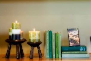 Soft-focus of candles and booksの写真素材 [FYI01995639]