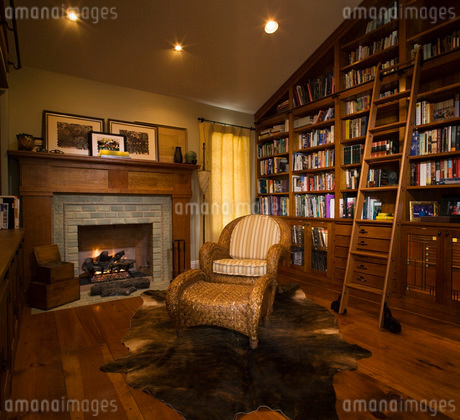Cozy Home Library wiith Fireplaceの写真素材 [FYI01995767]