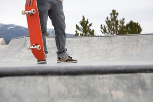 Man standing on skate rampの写真素材 [FYI01995769]