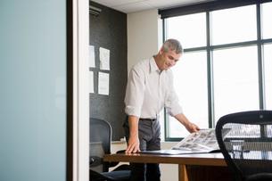 man looking at portfolioの写真素材 [FYI01995790]