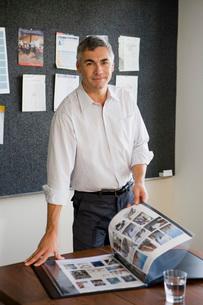 man with portfolioの写真素材 [FYI01995813]