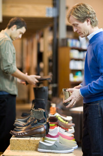 Man shopping for shoesの写真素材 [FYI01995830]