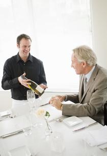 Waiter showing wine bottle to manの写真素材 [FYI01995855]