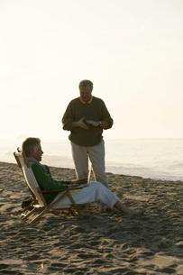 Men sitting on beachの写真素材 [FYI01995876]