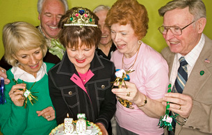 friends celebrating womans 50th birthdayの写真素材 [FYI01995905]