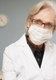 Female scientist wearing maskの写真素材 [FYI01995920]