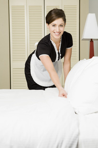 Maid making bedの写真素材 [FYI01995939]