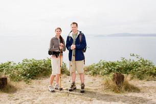 Couple holding hiking polesの写真素材 [FYI01995948]