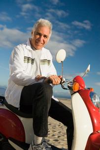 Senior man riding scooterの写真素材 [FYI01995952]
