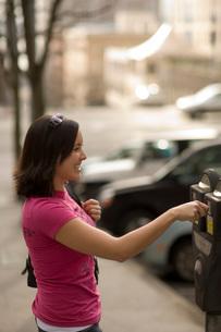 Woman paying parking meterの写真素材 [FYI01995954]