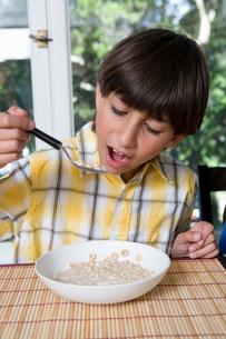 Boy eating breakfastの写真素材 [FYI01995971]
