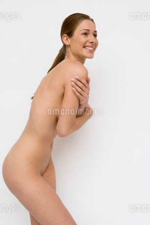 Nude woman covering herselfの写真素材 [FYI01995975]