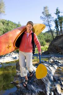 Woman carrying kayak acrossの写真素材 [FYI01995978]