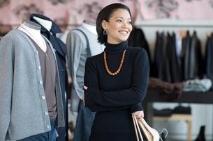 Woman standing in storeの写真素材 [FYI01996013]
