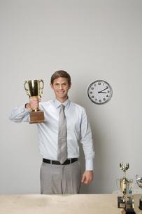 Businessman holding trophyの写真素材 [FYI01996028]