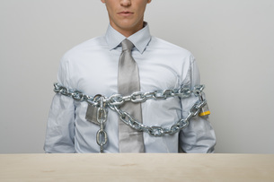 Businessman chained and lockedの写真素材 [FYI01996038]