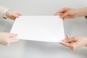 契約書の受け渡しの写真素材 [FYI01996295]