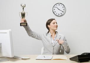 Businesswoman holding trophyの写真素材 [FYI01996305]