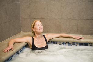 Woman sitting in hot tubの写真素材 [FYI01996355]
