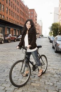 Woman standing with bicycleの写真素材 [FYI01996359]