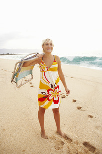 Woman carrying beach chairの写真素材 [FYI01996427]