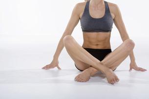 Woman in athletic gear sittingの写真素材 [FYI01996469]