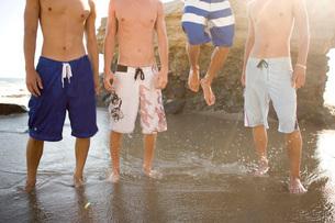 Multi-ethnic group of men standing on beachの写真素材 [FYI01996487]