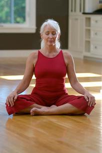 Woman doing yoga indoorsの写真素材 [FYI01996516]