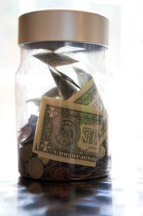 Close up of money in jarの写真素材 [FYI01996518]