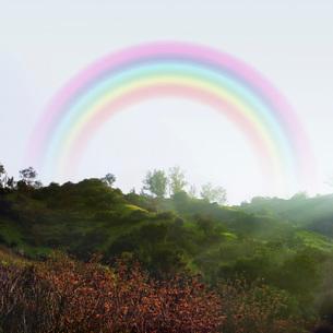 Rainbow over hillsの写真素材 [FYI01996526]