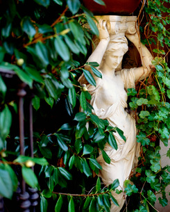 Statue of Human Form in a Gardenの写真素材 [FYI01996535]
