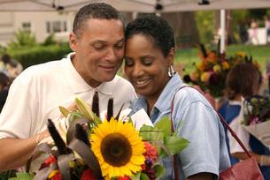 African couple enjoying outdoor marketの写真素材 [FYI01996566]