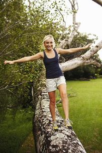 Woman walking on fallen treeの写真素材 [FYI01996587]