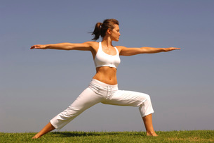 Woman doing yoga outdoorsの写真素材 [FYI01996601]