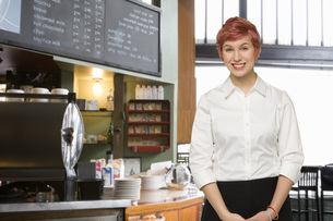 Female server at coffee shopの写真素材 [FYI01996608]