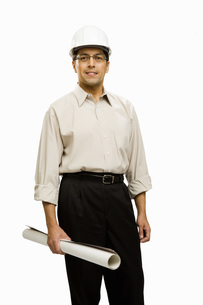 Male architect wearing hard hatの写真素材 [FYI01996621]