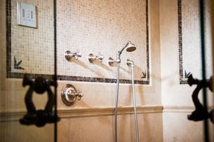 Ornate tiled showerの写真素材 [FYI01996622]