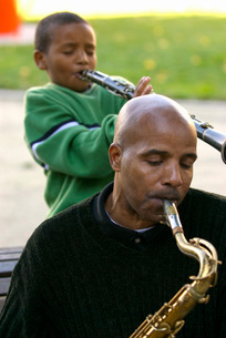 African father and son playing instrumentsの写真素材 [FYI01996631]