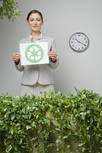 Businesswoman holding recycling signの写真素材 [FYI01996638]