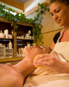 Woman getting facial treatmentの写真素材 [FYI01996639]
