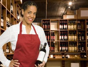 Saleswoman in wine storeの写真素材 [FYI01996644]