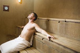 Man sitting in saunaの写真素材 [FYI01996670]