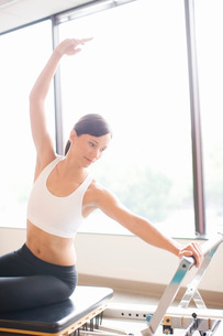 Woman working out on pilates equipmentの写真素材 [FYI01996677]