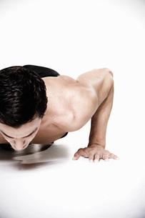 Bare-chested man doing push-upsの写真素材 [FYI01996699]