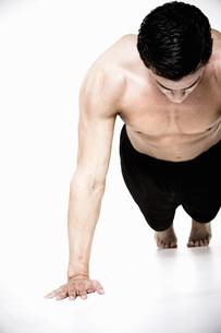 Bare-chested man doing push-upsの写真素材 [FYI01996708]